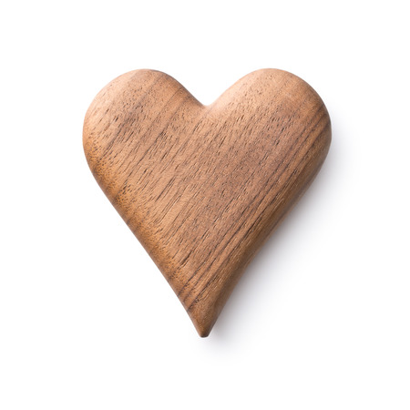 Ein Herz aus Holz isoliert auf weißem Hintergrund. Standard-Bild - 64250188