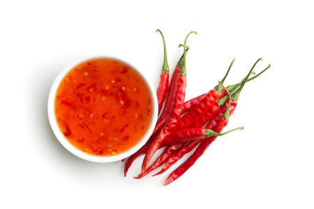 빨강 칠리 페 퍼와 흰색 배경에 고립 된 칠리 소스.