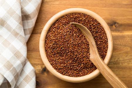 Graines de quinoa rouge dans un bol en bois. Vue de dessus Banque d'images - 68078767