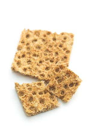 galletas integrales: El pan crujiente saludable aislado sobre fondo blanco.