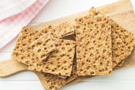 galletas integrales: The healthy crispbread on cutting board. Foto de archivo