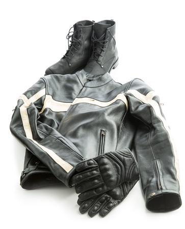motorizado: Botas de motocicleta, chaqueta y guantes aislados sobre fondo blanco.