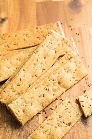 galletas integrales: El pan crujiente sano en la mesa de madera.
