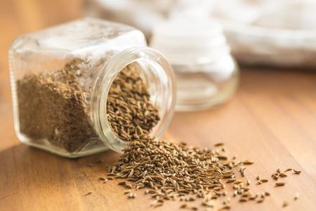 クミンの種子または瓶にキャラウェイ。 写真素材