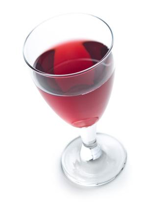 白い背景に分離された赤ワインのガラス。