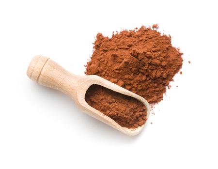 Polvere di cacao scuro in scoop di legno isolato su sfondo bianco
