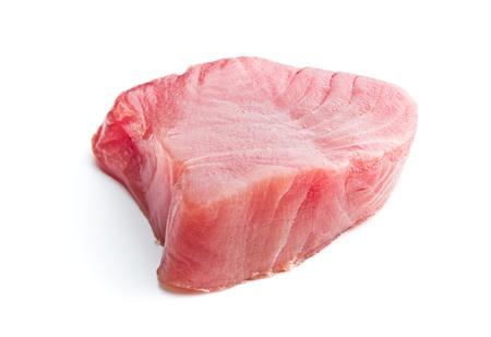 Vers ruw die tonijnsteakje op witte achtergrond wordt geïsoleerd. Stockfoto
