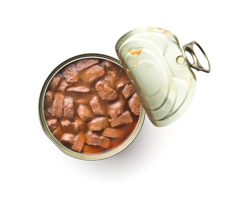 Mahlzeit für Hund oder Katze. Fleischkonserven mit Soße in der Dose isoliert auf weißem Hintergrund.