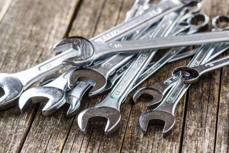 Schraubenschlüssel aus Chrom-Vanadium. Industrieller Schraubenschlüssel auf altem Holztisch.