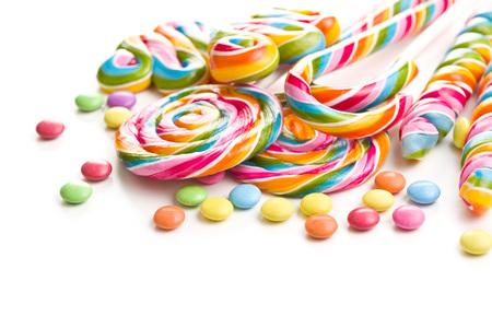 Conjunto de piruletas de colores aislado sobre fondo blanco. Piruletas de remolino. Foto de archivo