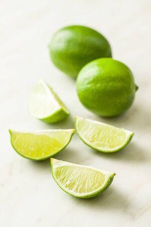 Die grüne in Scheiben geschnittene Limette auf dem Küchentisch.