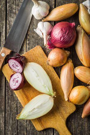 Halved fresh onions on cutting board. Top view. 版權商用圖片