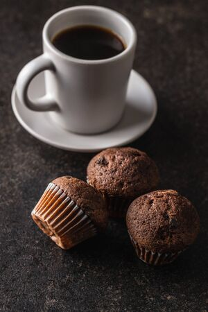 Tasty chocolate muffins. Sweet cupcakes and coffee cup. Archivio Fotografico - 140155523
