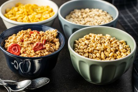 Various breakfast cereals in bowls. Puffed wheat and oatmeals. Foto de archivo