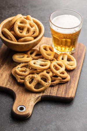 Crispy salted pretzels on wooden cutting board. Banque d'images