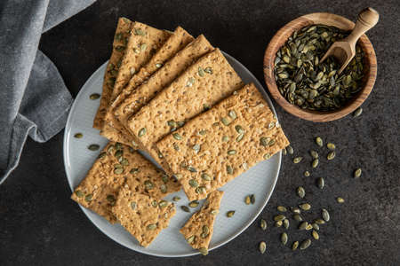 The crispy bread with pumpkin seeds. Knackebrot on plate. Top view. Banque d'images