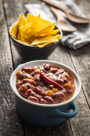 Chili with meat and tortilla chips. Mexican food with beans in pot. Banque d'images