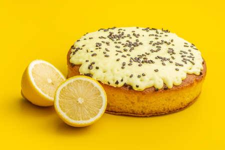 Sweet lemon cake with lemon fruit on yellow background. Imagens