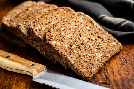 Dieting cereal bread with sunflower seeds on wooden table. 版權商用圖片 - 161522581