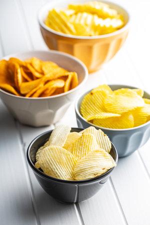 Crispy potato chips with various taste in bowl. 版權商用圖片 - 161648252