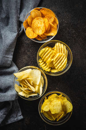 Crispy potato chips with various taste in bowl. Top view. 版權商用圖片 - 161648269