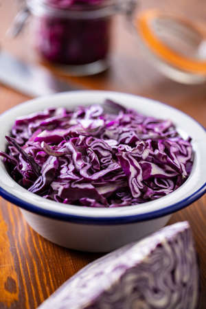 Sliced fresh red cabbage in bowl on wooden table. 版權商用圖片