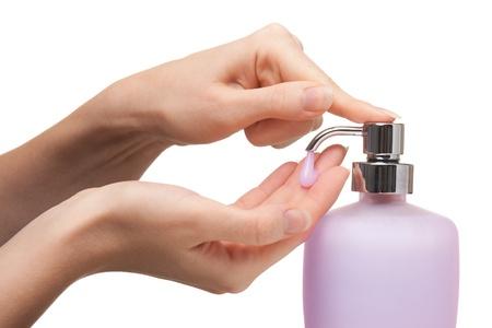 jabon liquido: Mujer lavándose las manos con jabón líquido de color rosa. Blanco fondo.