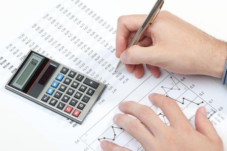 hoja de calculo: Analista de negocios que trabajan - Mano con la pluma, calculadora, hoja y el gr�fico