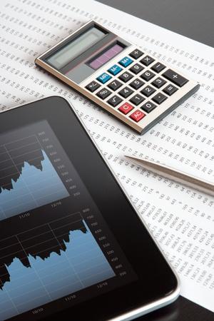 composition vertical: Mercato azionario moderno analizzare con tavoletta digitale, calcolatrice, penna e stampati scheda tecnica - composizione verticale