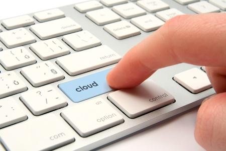 teclado de computadora: Concepto de computaci�n en la nube - teclado de la computadora modernizado con el bot�n de la nube