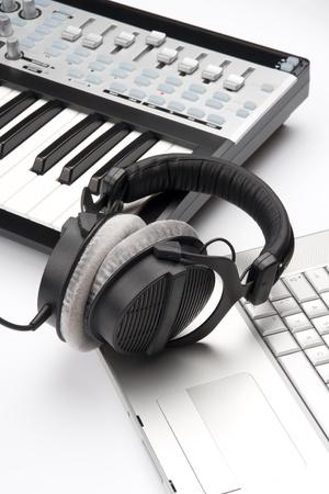 musicos: El lugar de trabajo compositor contempor�neo con la computadora port�til, los auriculares y el controlador MIDI