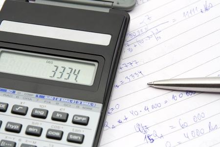 commonplace: Studente calcolare esempio economico - calcolatrice, penna, libro comune