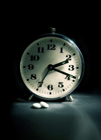 can't: Cant asleep (white night) - alarm-clock and sleeping-powder in dark