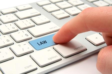 giurisprudenza: Computer legge e il concetto di giustizia - tastiera del computer modernizzato con tastierino legge. Utente del computer cercando servizi legali.
