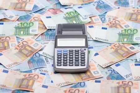 flujo de dinero: Dinero y calculadora Calcula tus impuestos, gastos, ahorros, flujo de caja, ingresos, costos, presupuesto, seguro Foto de archivo