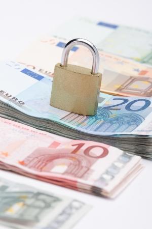safe investments: Euro soldi sono un investimento sicuro - concetto di denaro