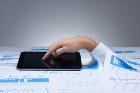 Drowning in documenti e soluzione in lavoratore digitale tablet computer colletto bianco concetto desidera inviare il messaggio da tavoletta digitale per salvare se stesso Luogo scartoffie il tuo messaggio sullo schermo touch tablet
