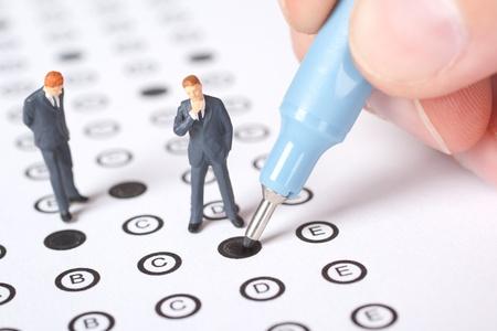 Student invullen van de vragenlijst - schoolexamen concept.