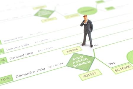 toma de decisiones: Construir una decisión de negocios verde árbol de toma de decisión impreso y estatuilla que representa pensativo gerente Foto de archivo