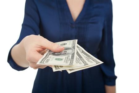 remuneraciones: La mujer pagar con dólares de dinero tres cientos, fondo blanco