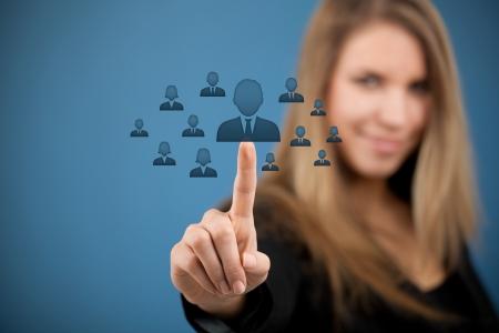 キャリア: 人事、CRM、社会的なネットワー キングの概念 - の女性役員はアイコンによって表される人物 (従業員) を選択します。
