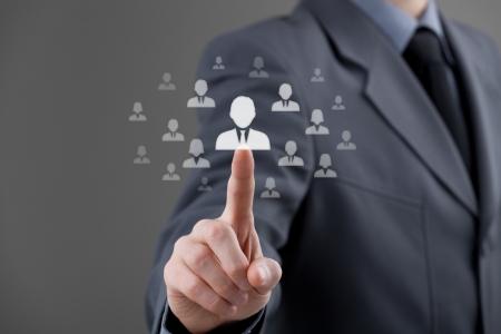 recursos humanos: De Recursos Humanos elegir empleado de pie fuera de la multitud Seleccionar equipo l�der concepto Discriminaci�n de g�nero en los empleados de la selecci�n