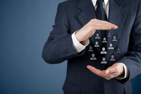 recursos humanos: La atenci�n al cliente, la atenci�n de los empleados, sindicato, seguros de vida y conceptos de marketing de segmentaci�n Protecci�n gesto de hombre de negocios o personal y los iconos que representa un grupo de personas Foto de archivo