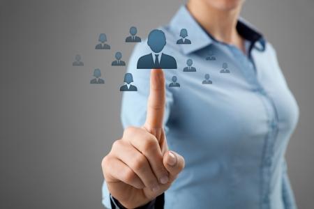 recursos humanos: Los recursos humanos, el concepto de CRM y las redes sociales - funcionaria elegir empleado representado por el icono Foto de archivo
