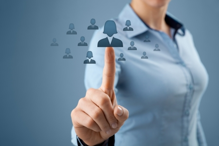 capital humano: Mujer oficial de recursos humanos cuenta la igualdad de g�nero por la elecci�n de la mujer del empleado. Las mujeres en los negocios, CRM, la miner�a de datos y la igualdad de g�nero tambi�n concepto de cotizaciones.