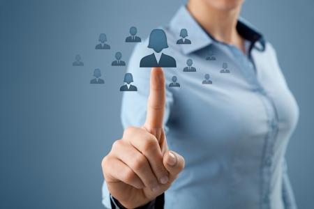 realiseren: Vrouw personeelsfunctionaris realiseren van gendergelijkheid door te kiezen voor vrouw werknemer. Vrouwen in het bedrijfsleven, CRM, data mining en gendergelijkheid quotes begrip ook. Stockfoto
