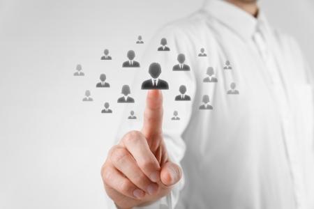 人事担当者は、群衆の外に立っている従業員を選択します。チームにより評価センターのコンセプトを選択します。従業員の選択における性差別。
