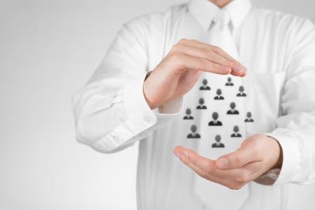 Customer care, zorg voor medewerkers, vakbond, levensverzekeringen en marketing segmentatie concepten. Beschermen gebaar van zakenman of personeel en pictogrammen die groep mensen.