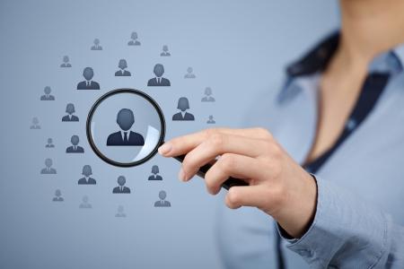 recursos humanos: Los recursos humanos, CRM, miner�a de datos, centro de evaluaci�n y el concepto de medios sociales - mujer en busca de empleados representados por el icono.