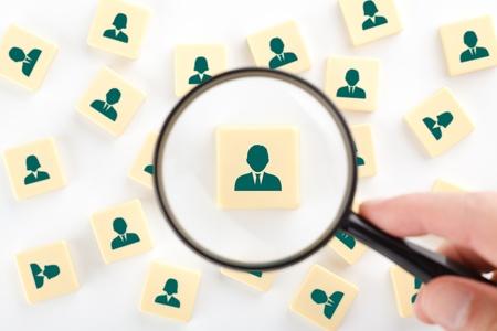 auditor�a: Los recursos humanos, auditor�a personal y concepto de centro de evaluaci�n - busque reclutador de empleados representados por el icono. Foto de archivo